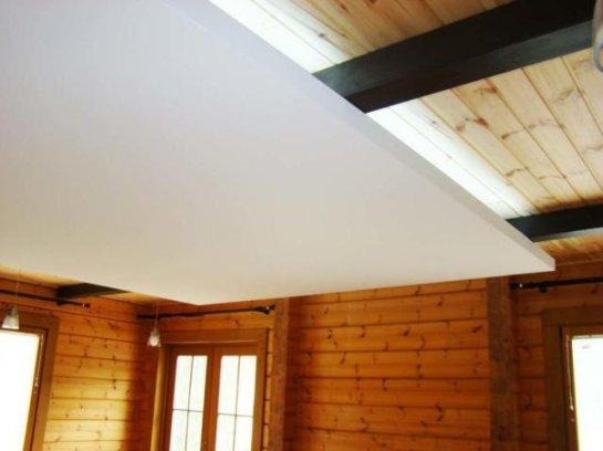 Можно ли делать натяжные потолки в деревянном доме?