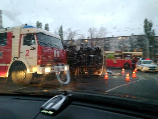 Наперекрёстке вБелгороде перевернулся грузовик ипридавил пешехода