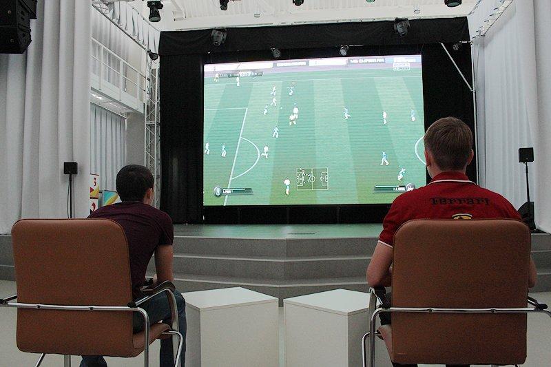 Виртуальные футболисты и настоящий пьедестал
