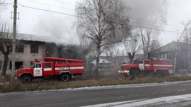 В Ново-Талице горит недавно расселенный дом
