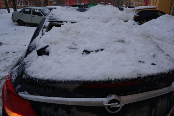 Управляющая компания выплатила первоуральцу ущерб за поврежденное снегом авто