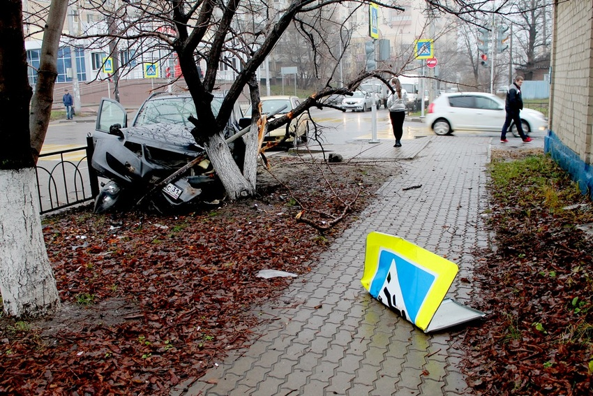 ВБелгороде «Опель» врезался вдерево упешеходного перехода