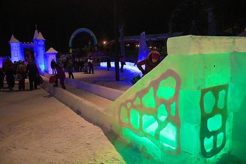 В Первоуральске открылся ледовый новогодний городок