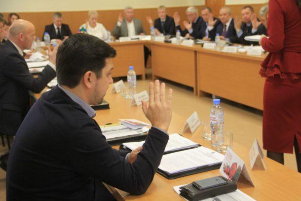 Депутаты утвердили бюджет на три года и увеличили зарплаты на 4%